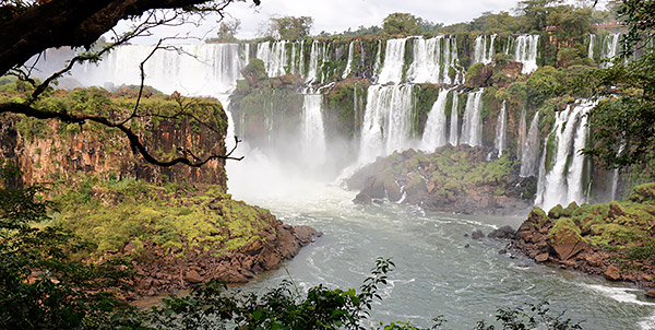 Photo tour image of the Iguazu Falls on the Argentina-Brazil border